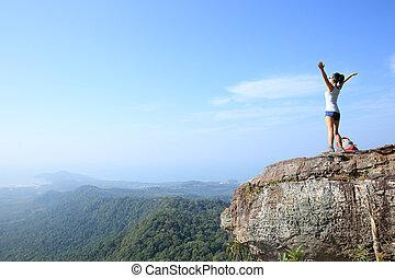 hurrarufen, junge frau, wanderer, offenen armen, an, berg spitze