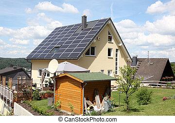 hus, med, photovoltaic, paneler, på, den, tak
