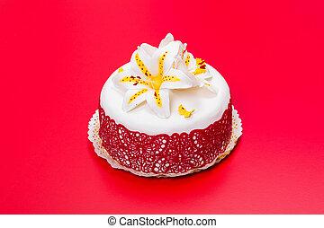 hvid, fondant, kage, dekorer, hos, rød, snørebånd, og, spiselig, slik, lilje, på, rød baggrund