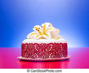 hvid, fondant, kage, dekorer, hos, rød, snørebånd, og, spiselig, slik, lilje, på, red-blue, baggrund