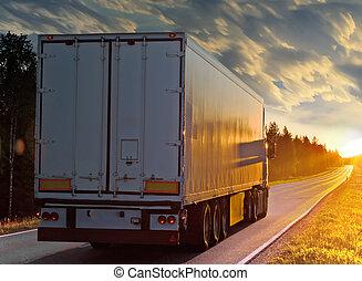hvid, lastbil, på, den, landlig vej, ind, aftenen