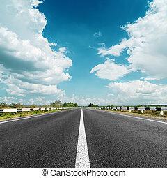 hvid linje, på, asfalter vej, og, skyer, hen, det
