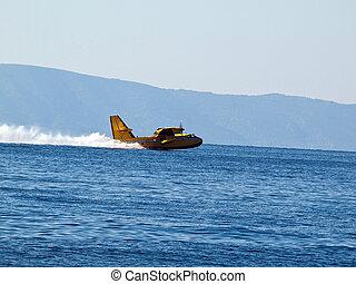 Hydroplane landing at sea