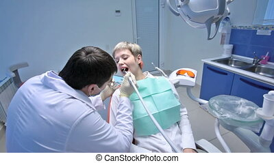Hygienic procedure - Dentist carrying out a hygienic...