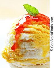 Ice cream with raspberry sauce