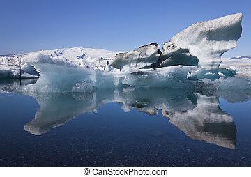 iceberg, y, reflexión, en, el, laguna, jokulsarlon, islandia