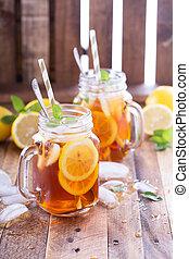 Iced tea with lemon slices