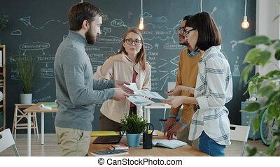 idées, bureau, regarder, partage, femmes, collègues, hommes, business, papiers
