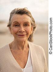 idősebb ember, álló, tengerpart, nő, boldog