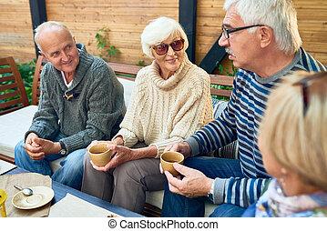 idősebb ember, élvez, barátok, együtt, idő
