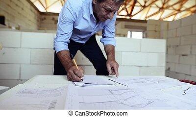 idősebb ember, építészmérnök, vagy, építőmérnök, -ban, a, szerkesztés, házhely.