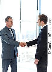 idősebb ember, és, ifjú, üzletember, reszkető kezezés,...