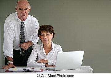 idősebb ember, ügy, társas viszony
