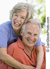 idősebb ember, ülés, összekapcsol outdoors