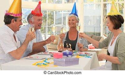 idősebb ember, barátok, misét celebráló, egy, születésnap