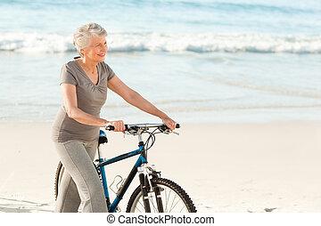 idősebb ember, bicikli, neki, nő