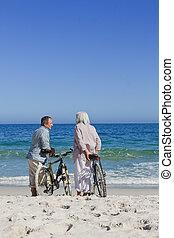 idősebb ember, bringák, párosít, -eik, tengerpart