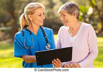 idősebb ember, caregiver, türelmes