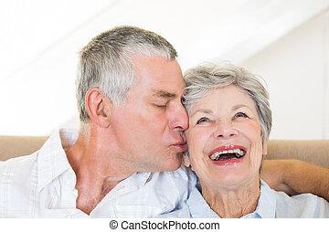 idősebb ember, csókolózás, feleség, ember, boldog