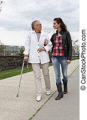 idősebb ember, elősegít, nő, hölgy, fiatal