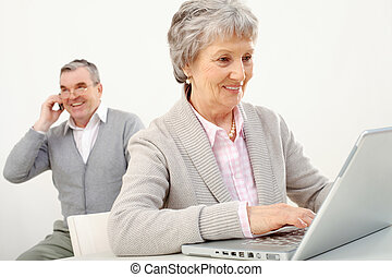 idősebb ember, elfoglalt, emberek