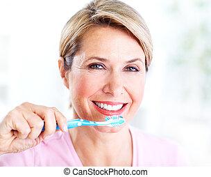 idősebb ember, fogkefe, nő