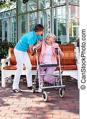 idősebb ember, hölgy, noha, egy, törődik, helyettes, vagy, neki, lány