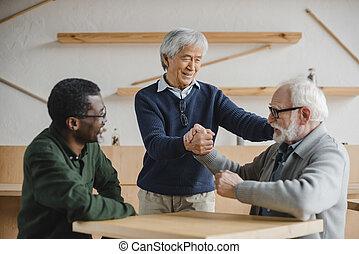 idősebb ember, kávéház, barátok, köszönés
