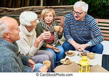 idősebb ember, kávéház, barátok
