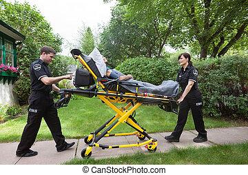 idősebb ember, képben látható, mentőautó, hordágy