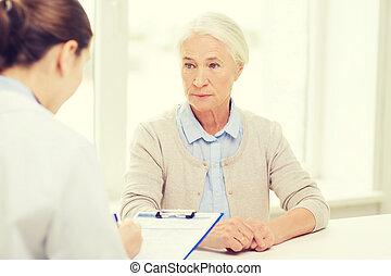 idősebb ember, kórház, nő, csipeszes írótábla, orvos