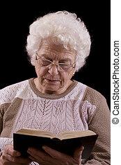 idősebb ember, könyv, felolvasás, nő