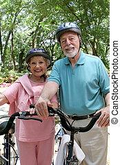 idősebb ember, kerékpározás, biztonság