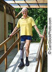 idősebb ember, láb, amputált beteg, gyalogló, lefelé, rámpa, helyett, exercise.