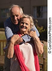 idősebb ember, más, liget, párosít, mindegyik, átkarolás