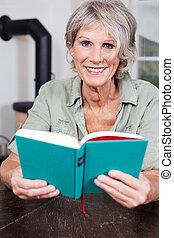 idősebb ember, modern, hölgy, könyv, felolvasás