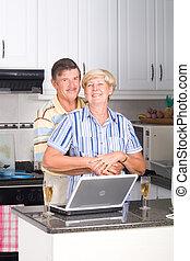 idősebb ember, modern, szerelmes pár