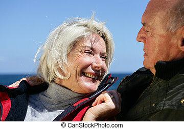 idősebb ember, nevető, összekapcsol outdoors