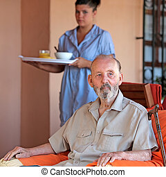 idősebb ember, noha, carer, vagy, ápoló, meghoz, étkezés