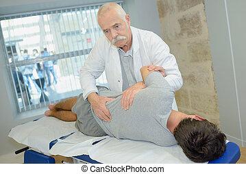 idősebb ember, physiotherapist, dolgozó, noha, türelmes, alatt, klinika