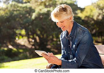 idősebb ember, szőke, nő, texting, képben látható, furfangos, telefon