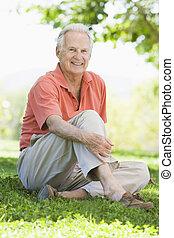 idősebb ember, szabadban, bábu ül