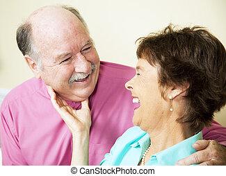 idősebb ember, szerető párosít, nevető