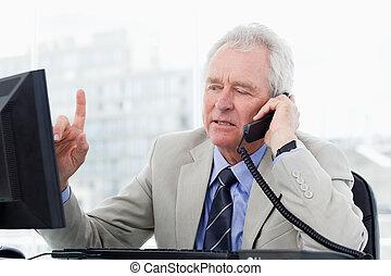 idősebb ember, telefon, fókuszált, menedzser