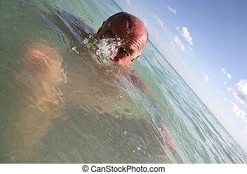 idősebb ember, tenger, úszás