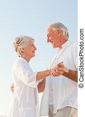 idősebb ember, tengerpart, összekapcsol táncol