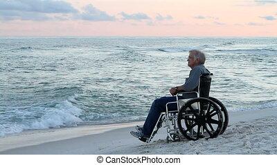 idősebb ember, tengerpart, tolószék