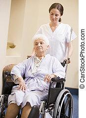 idősebb ember, tolószék, nő, ápoló, rámenős