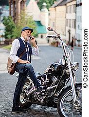 idősebb ember, város, motorkerékpár, smartphone., használ,...