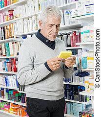 idősebb ember, vásárló, birtok, doboz, alatt, gyógyszertár